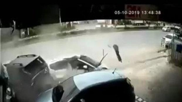 วงจรปิดนาทีสลด เก๋งหมุนฟาดรถจอดข้างทางยุบครึ่งคัน สาวคนขับคอหักดับสยอง