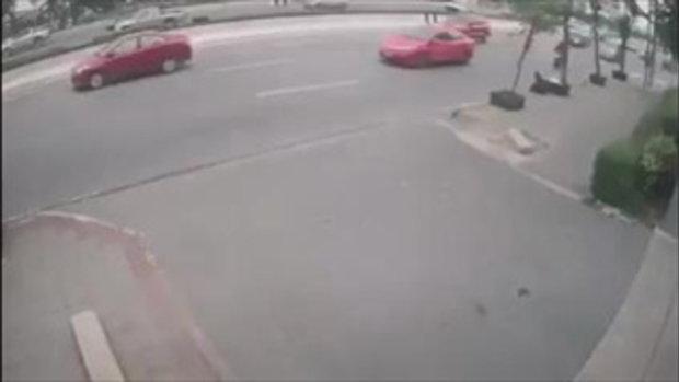 ชายทะเลาะเมียวิ่งให้รถเมล์ชน เสียชีวิตคาที่กลางถนนพระราม 2