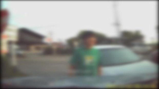 หนุ่มเกรี้ยวกราดเข้าซอยไม่ได้ ถือมีดขู่คนแก่-ถุยน้ำลายใส่รถ ตำรวจยังอึ้งพฤติกรรม