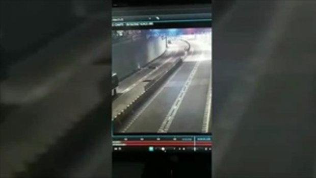 กล้องจับภาพนาทีชีวิต หนุ่มขี่รถแหกโค้ง กระเด็นดับคาอุโมงค์แยกปากเกร็ด