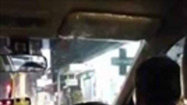 ผู้โดยสารถึงกับหลอน โชเฟอร์แท็กซี่ขับไปหมอบไปตลอดทาง ไม่รู้ไปโดนตัวไหนมา