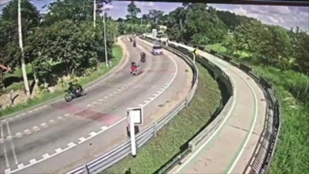 วินาทีชีวิตรถจักรยานยนต์ซ้อนสี่ หลุดโค้งชนเก่งดับ 1 เจ็บ 4