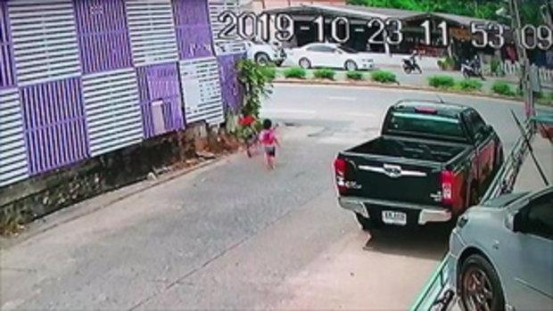 ดราม่าสนั่น! เด็กน้อยวิ่งออกถนน-รถเฉี่ยวอย่างจัง ชาวเน็ตแห่ตำหนิผู้ปกครอง
