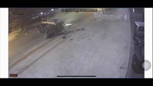 นาทีชนเปรี้ยง กระบะพุ่งชนประสานงากระบะ ไฟลุกพรึ่บหน้ากระโปรงรถ