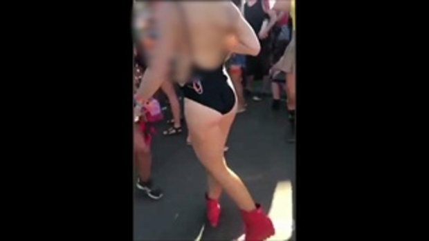 สาวบีบหน้าอก พ่นน้ำนมกระฉูด ขณะโชว์ลีลาสุดเหวี่ยงกลางเทศกาลดนตรีสหรัฐ
