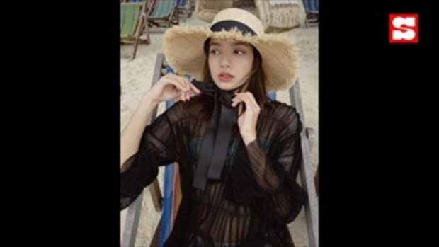 รวมลุค ลิซ่า BLACKPINK แต่งตัวเที่ยวทะเลอย่างไรให้สวย แพง และสดใส ซูม