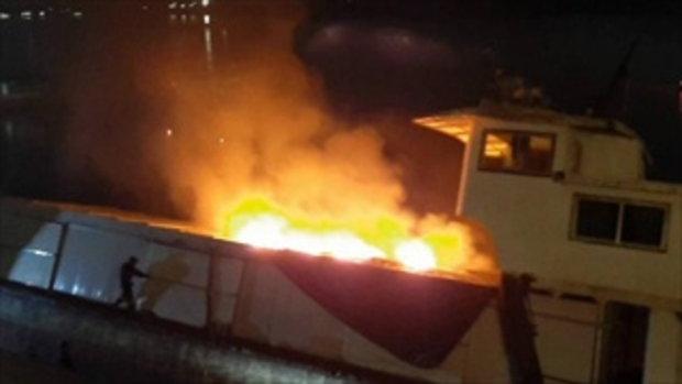 โคมลอยยี่เป็งงานลอยกระทง ปลิวตกใส่เรือสินค้าแม่น้ำโขง ไฟลุกวอดเรือ