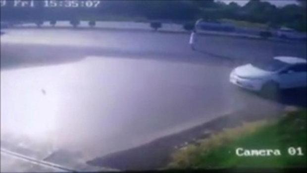 เด็กปั๊มใจฮีโร่ วิ่งหน้าตั้งช่วยสาวกลางถนนมิตรภาพ หวิดโดนรถพ่วงเหยียบทั้งคู่