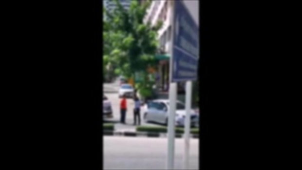 เผยคลิปเด็ดหนุ่มขับเก๋งปาดรถตู้ ก่อนจอดเคลียร์ แต่ซ่อนปืนไว้ข้างหลัง