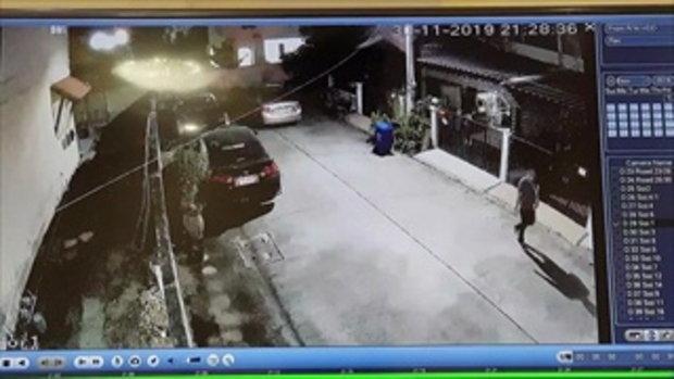 กระบะพันธุ์โหด! พุ่งบดท้ายเก๋งยับ เหตุฉุนจัดจอดรถหน้าบ้าน