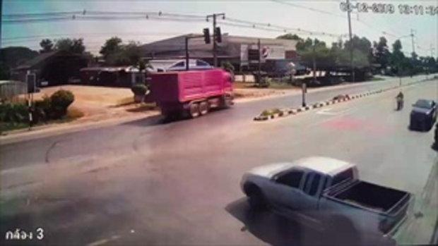 ลุงขี่มอเตอร์ไซค์ชนกระบะ ร่างกระเด็นเหินข้ามรถ-สลบเหมือดกลางถนน