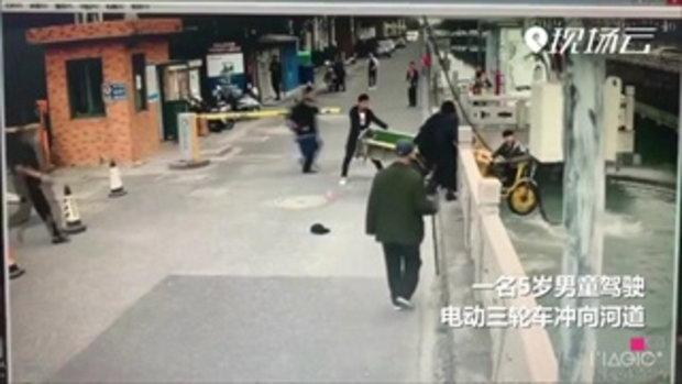 อุทาหรณ์! แม่จีนมัวคุยมือถือ ปล่อยลูก 5 ขวบ ขับสามล้อหวิดพุ่งตกคลอง