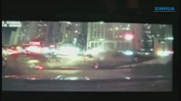 ถนนในจีนยุบตัวเป็นหลุมยักษ์ รถยนต์ร่วง 3 คัน