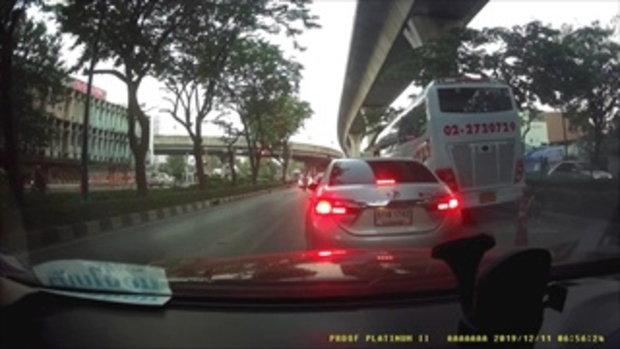 ภัยกลางถนน! ชายปริศนาย่องเปิดประตูเก๋งติดไฟแดง เตือนใจขับรถอย่าลืมล็อก