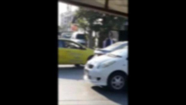 แท็กซี่เปิดศึกกลางถนน พกมีดแต่สู้มือเปล่าไม่ได้ ชาวเน็ตถูกใจเสียงพากย์สุดมัน
