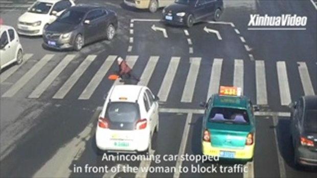 ทหารจีนจอดรถช่วยหญิงชราล้มกลางถนน อุ้มขึ้นรถส่งโรงพยาบาล