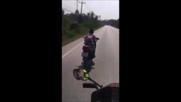 คลิปนาทีเด็กชายวัย 14 ซิ่งหนีตำรวจหลุดโค้งปางตาย ยายตัดพ้อหลานเป็นเด็กดี