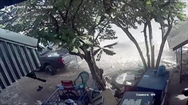 วงจรปิดนาทีกระบะชนเด็กชาย 7 ขวบ ดับคาที่ กวาดร้านกาแฟ-รถจอดริมทาง 3 คัน พังพินาศ