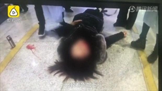 ได้เลือด! หญิงใส่ส้นสูง 15 ซม. เดินเล่นมือถือเกิดล้มหัวฟาด ฟันหน้าถึงกับหัก
