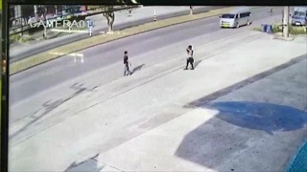 นาทีสุดช็อก หนุ่มยืนรอข้ามถนนอยู่ดีๆ วางกระเป๋าแล้วกระโดดพุ่งให้รถเหยียบ