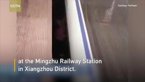 พ่อแม่ชาวจีนมัวแต่เล่นมือถือ ปล่อยลูกน้อยเดินหล่นตุ้บช่องระหว่างรถไฟ-ชานชาลา