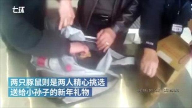 ตำรวจจีนรักษากฎหมาย แต่ยังถนอมน้ำใจผู้โดยสาร เอาหนูตะเภาขึ้นรถไฟ
