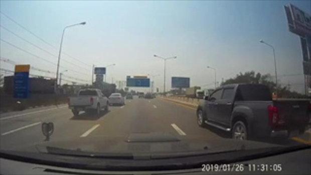 เก๋งแข่งซิ่งกลางถนนมอเตอร์เวย์ รถหมุนเสียหลัก หวิดทำเพื่อนร่วมทางเกิดอุบัติเหตุ