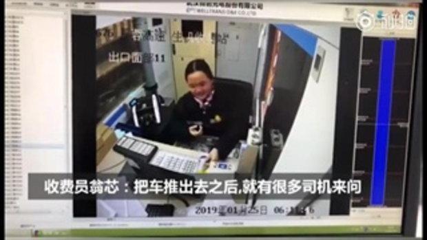 สาวพนักงานเก็บค่าทางด่วน แอบปาดน้ำตา-ฝืนยิ้มต่อ เสียใจโดนคนขับรถต่อว่า