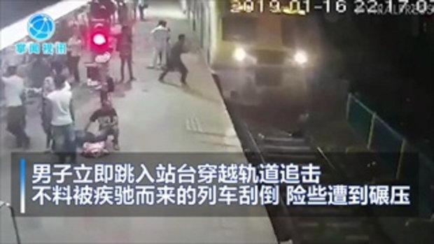 ช็อก ชายอินเดียไล่ตามโจรขโมยของ โดดตัดหน้ารถไฟกำลังแล่นเข้าสถานี