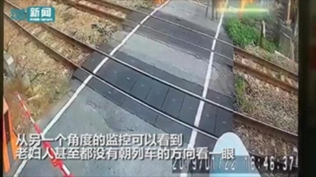หญิงชราใจนิ่ง เดินข้ามทางรถไฟระยะประชิด ม้าเหล็กหวิดชน แล่นเฉียดหลังเพียงนิดเดียว