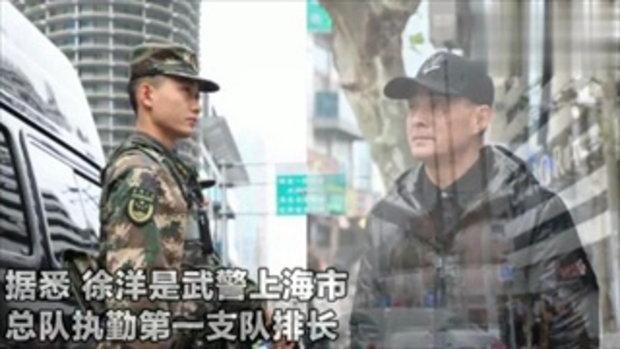 ตำรวจหนุ่มไม่ได้กลับบ้าน ยืนสบตากับพ่อเงียบๆ คนละฝั่งถนน