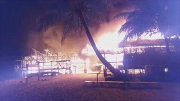 ภาพนาทีวอดวาย ไฟไหม้หมู่บ้านมอแกน จนท.ระดมช่วย เหลืออยู่ไม่กี่สิบหลัง