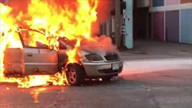 ระทึก!ไฟลุกไหม้รถติดแก๊สย่านชุมชนในเมืองลำปางวอดทั้งคัน