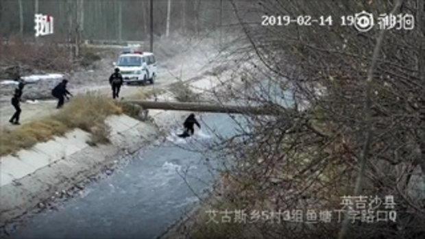 ลุ้นแทน ตำรวจจีนประสานมือ คว้าเด็กตกแม่น้ำไหลเชี่ยวขึ้นฝั่ง