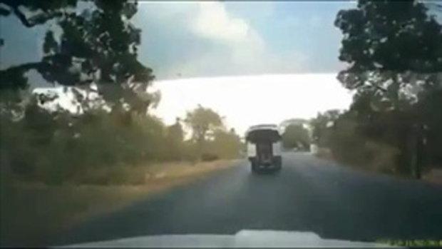 เปิดวินาทีระทึก รถรับส่งนักเรียนพุ่งลงข้างทาง บาดเจ็บระนาวกว่า 40 คน