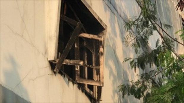 พ.ต.อ.ทุ่มทุน ปีนหลังคาโกดังห้างไฟไหม้ ชี้เป้าให้ดับเพลิง โซเชียลชื่นชมสนั่น