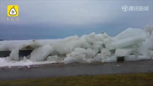 """สะพรึง """"สึนามิน้ำแข็ง"""" ซัดเข้าฝั่งนิวยอร์ก กองเป็นกำแพงยักษ์สูง 9 เมตร"""