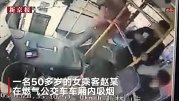 คนขับรถเมล์จีนห้ามหญิงสูบบุหรี่บนรถ กลับโดนด่า-ผ้าพันคอรัดคอจากด้านหลัง