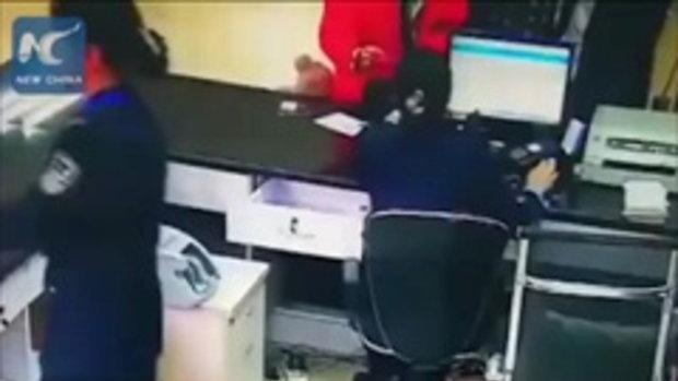 น่าเห็นใจ ตำรวจหญิงจีนแอบปาดน้ำตา ก่อนกลับไปยิ้มต่ออย่างรวดเร็ว