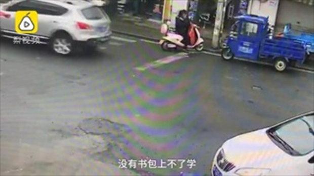 เด็กชายลงรถลืมกระเป๋านักเรียน วิ่งไล่ตาม 2 กิโลเมตร แม่ยังไม่เห็น