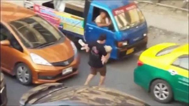เสี้ยววินาที...ขณะทุกคนบีบเเตรไล่เขา แต่เขาต้องการเเค่น้ำใจ เพื่อต่อลมหายใจของคนในรถ