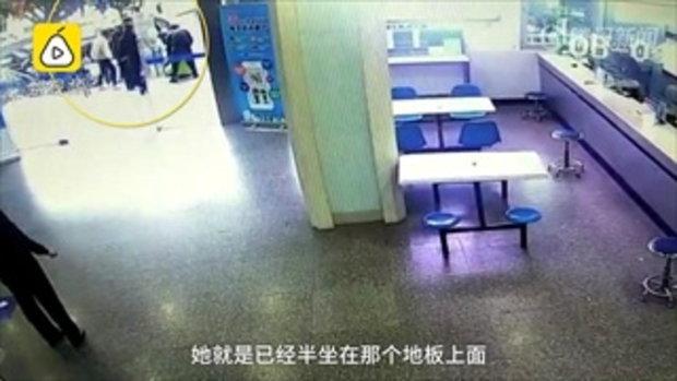 เจ็บจนร้องไห้ เจ็บจนร้องไห้ ตำรวจหญิงจีนรีบช่วยคน ถูกกัดนิ้วมือเกือบขาด
