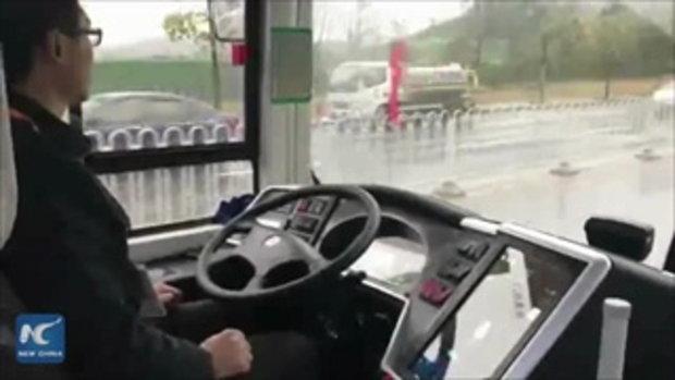 """จีนเปิดตัว """"รถเมล์ไฟฟ้าไร้คนขับ"""" วิ่งฉิวผ่านน้ำท่วมระดับเข่า ไม่มีคำว่าเครื่องดับ"""