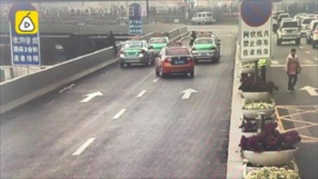 ชายทะเลาะเมีย คิดสั้นโดดสะพานยกระดับ ตำรวจหนุ่มวิ่งคว้าแขนกลางอากาศ