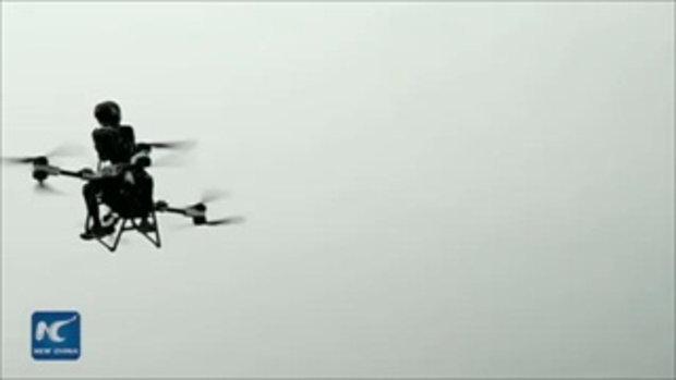 """ชายจีนลองผิดลองถูกนับพันครั้ง สร้าง """"มอเตอร์ไซค์บินได้"""" ของตัวเองจนสำเร็จ"""