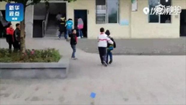 ตี๋น้อยชาวจีนช่วยดูแลเพื่อนป่วยกล้ามเนื้ออ่อนแรง ตั้งแต่ ป.1-ป.6