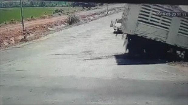 วินาที!รถตู้ถูกรถพ่วงชนตกคลองตาย11