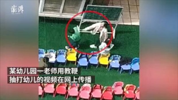วิจารณ์ยับ ครูอนุบาลจีนใช้ไม้เรียวฟาดหัวเด็กนักเรียน เหตุตอบคำถามไม่ได้