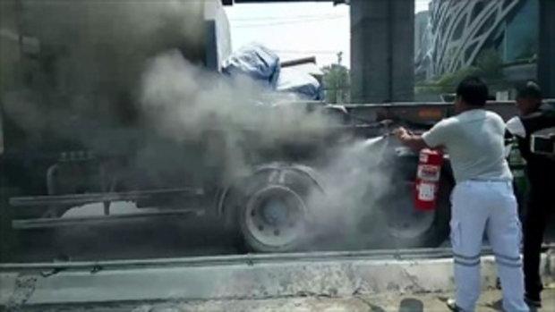คนขับรถบรรทุกพ่วงหนีตายไฟไหม้รถ หลังยางระเบิด