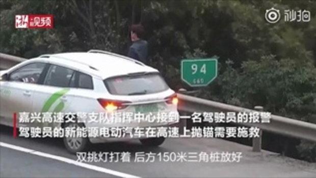 ดีที่เชื่อตำรวจ ชายจีนยืนข้างทาง รอดชีวิตรถบรรทุกพุ่งชนเก๋งจอดเสีย